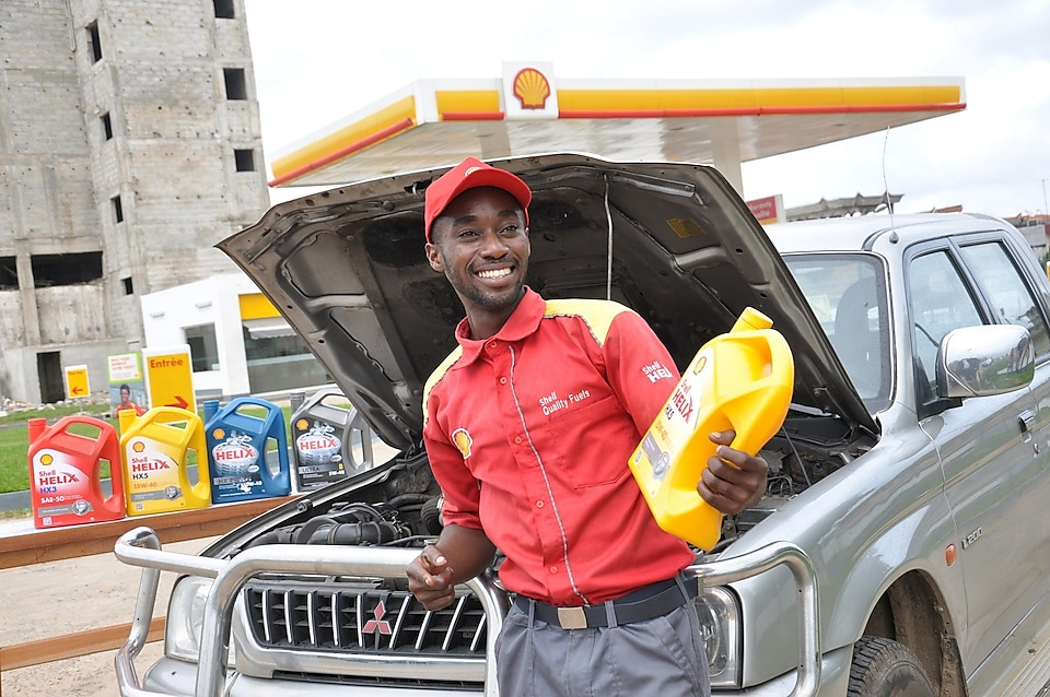 Shell assistant on the forecourt with a customers vehicle